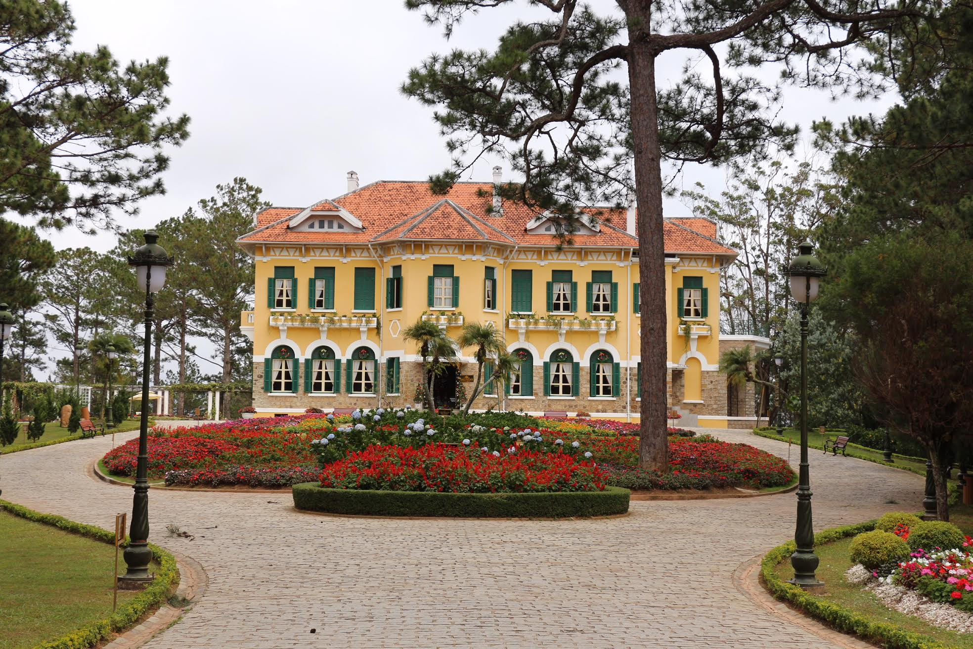 The King's Palace was built by a French millionaire and bought from him by the King of Vietnam. It used to be the Kong's residence until he and his family were exiled to France.